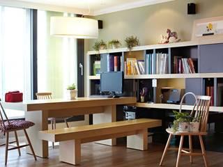 거실을 서재로 서재를 거실로 : housetherapy의  거실,모던