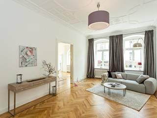 6-Zimmer Musterwohnung im Gründerzeit-Altbau am Kurfürstendamm:  Wohnzimmer von staged homes
