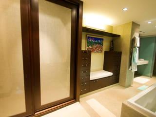 Phòng tắm phong cách hiện đại bởi TESTA studio Hiện đại