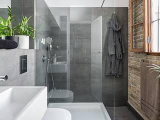 Bathroom by amBau Gestion y Proyectos, Modern