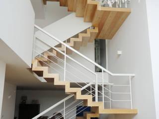 GAAPE - ARQUITECTURA, PLANEAMENTO E ENGENHARIA, LDA 隨意取材風玄關、階梯與走廊