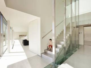 Casa em Alcoutins, Lisboa Corredores, halls e escadas minimalistas por guedes cruz arquitectos Minimalista