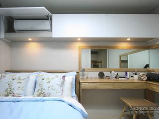 드레스룸과 서재가 있는 15평 신혼집: 홍예디자인의  침실