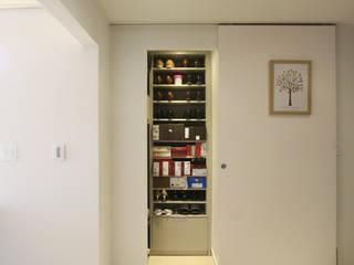 드레스룸과 서재가 있는 15평 신혼집: 홍예디자인의  복도 & 현관,