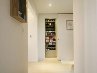 드레스룸과 서재가 있는 15평 신혼집: 홍예디자인의  복도 & 현관