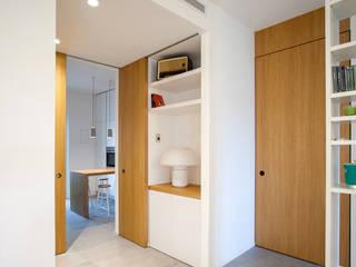 CASA F+M. GROSSETO Ingresso, Corridoio & Scale in stile minimalista di OKS ARCHITETTI Minimalista