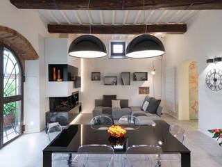 Lo scrigno dal cuore contemporaneo: Sala da pranzo in stile  di B+P architetti