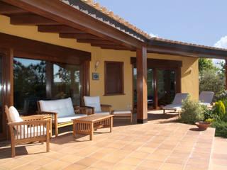 Porche: Casas de estilo  de RIBA MASSANELL S.L.