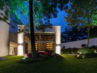 Modern Garden by Portico Arquitectura + Construcción Modern