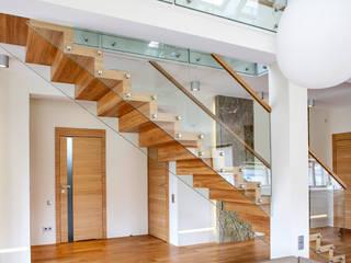 ST865 Nowoczesne schody dywanowe ze szkłem / ST865 Modern Zigzag Stair With Glass Balustrade Nowoczesny korytarz, przedpokój i schody od Trąbczyński Nowoczesny