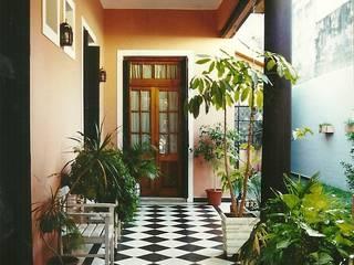 Modern corridor, hallway & stairs by Arquitecto Oscar Alvarez Modern