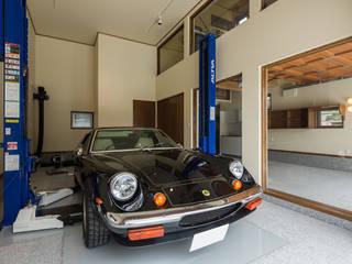 ガレージ蔵: 橋本健二建築設計事務所が手掛けたガレージです。,モダン 木 木目調