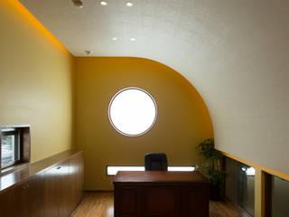 ガレージ蔵: 橋本健二建築設計事務所が手掛けた書斎です。