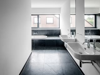 Corneille Uedingslohmann Architekten Modern bathroom Black