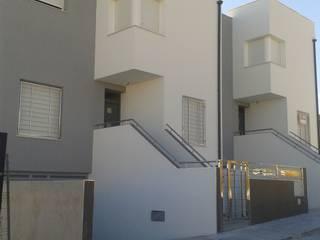 DOS VIVIENDAS UNIFAMILIARES ADOSADAS Casas de estilo minimalista de AMARQUITECTURA Minimalista
