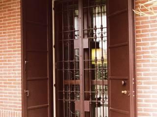 Inferriate Finestre & Porte in stile moderno di quartieri luigi Moderno