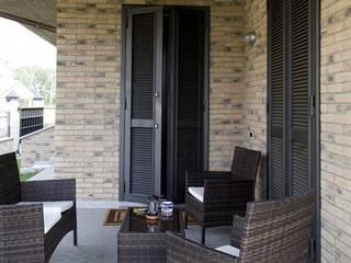 Persiane Blindate Finestre & Porte in stile moderno di quartieri luigi Moderno