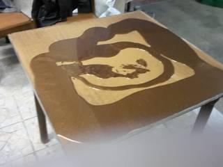 Tavolino durante la Colata F5000:  in stile  di Impresa Edile Santarsia