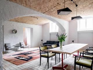 Jadalnia z salonem Eklektyczna jadalnia od Loft Kolasiński Eklektyczny Cegły