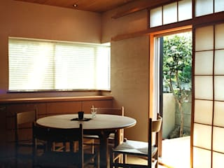 Eclectic style dining room by 松井建築研究所 Eclectic