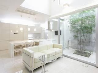 ガレージギャラリーのある白い家: ㈲滝下秀之建築アトリエが手掛けた現代のです。,モダン
