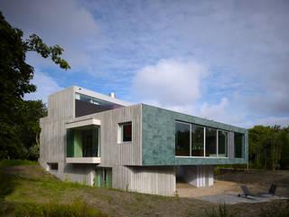 Casas modernas por De Zwarte Hond Moderno