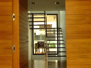 INTERIORES JQP (SALOU, TARRAGONA): Pasillos y vestíbulos de estilo  de PERE SOCIAS, Moderno