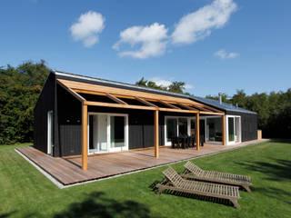 北欧デザインの テラス の De Zwarte Hond 北欧