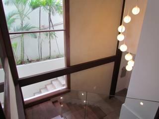Pasillos y vestíbulos de estilo  por Ana Donadio Arquitetura