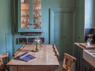 Cotswold Chapel Kitchen homify Cocinas de estilo rural Madera maciza Verde