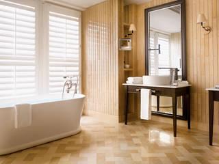Corinthia Hotel Penthouses Salle de bain moderne par Debbie Flevotomou Architects Ltd. Moderne Bois Effet bois