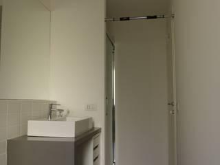 Ristrutturazione di interni: Bagno in stile in stile Minimalista di mariocelotti