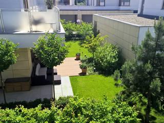Niewielki ogród przy Al. Wilanowskiej w Warszawie. od IGREEN Architektura Krajobrazu i Miejskie Formy