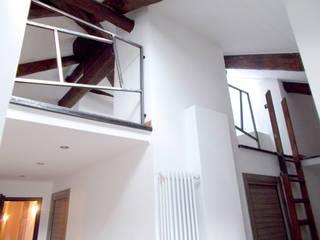 5 APPARTAMENTI | Recupero sottotetti | Torino | 2013: Terrazza in stile  di studio AGILE