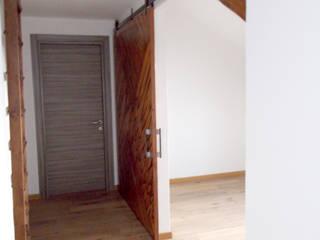 5 APPARTAMENTI | Recupero sottotetti | Torino | 2013: Ingresso & Corridoio in stile  di studio AGILE