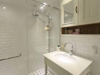 Bathroom by 홍예디자인, Country