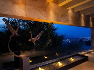 Casa del Arbol: Pasillos y recibidores de estilo  por Pórtico