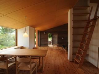 Salas de estilo ecléctico de 加藤武志建築設計室 Ecléctico