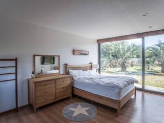 제주도 하도리 주택: ZeroLimitsArchitects의  침실