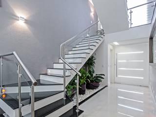 Patrícia Azoni Arquitetura + Arte & Design Modern Corridor, Hallway and Staircase Grey