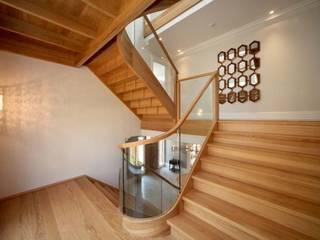 Ascot Smet UK - Staircases Corredores, halls e escadas modernos Madeira