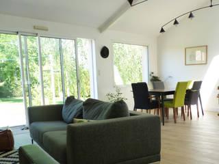 Столовая комната в стиле модерн от Amélie Jodeau Architecte Модерн