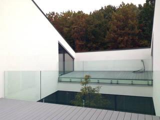 Dom z wycięciem w dachu Minimalistyczny balkon, taras i weranda od INOSTUDIO Minimalistyczny