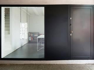 Przebudowa biura: styl , w kategorii Przestrzenie biurowe i magazynowe zaprojektowany przez INOSTUDIO
