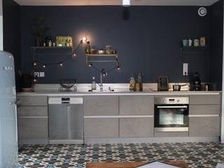 Béton, inox carreaux ciment ... Savant mélange pour un rendu moderner et stylé.:  de style  par CUISINE ESSENTIEL