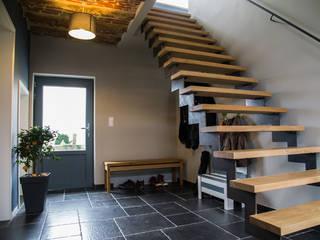 Lumière & contraste Couloir, entrée, escaliers modernes par Guillaume Muller Architecte Moderne