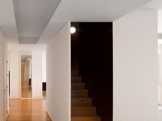 Casa Príncipe Real Corredores, halls e escadas minimalistas por BICA Arquitectos Minimalista