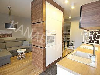 Apartament pokazowy dla dewelopera: styl , w kategorii Kuchnia zaprojektowany przez KANABE