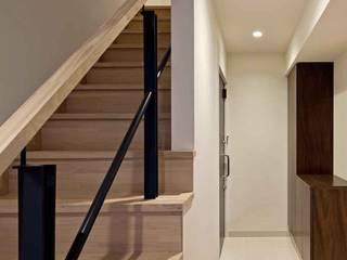 都心の家 NY邸 モダンスタイルの 玄関&廊下&階段 の 細江英俊建築設計事務所 モダン