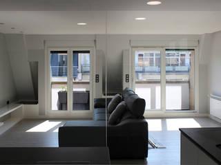 REFORMA DE VIVIENDA EN CENTRO DONOSTIA Salones de estilo moderno de AZ ARKITECTOS Moderno